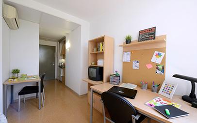 La imagen muestra una arte de las magníficas habitaciones que alquila la residencia universitaria de Girona.